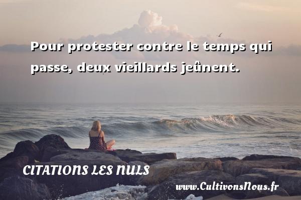 Pour protester contre le temps qui passe, deux vieillards jeûnent. Une citation de Les Nuls CITATIONS LES NULS