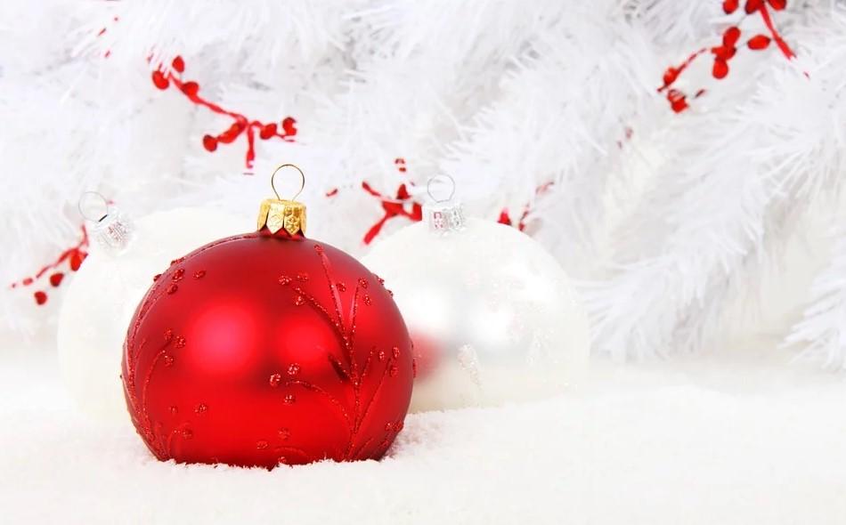 Les guirlandes et les boules de Noël