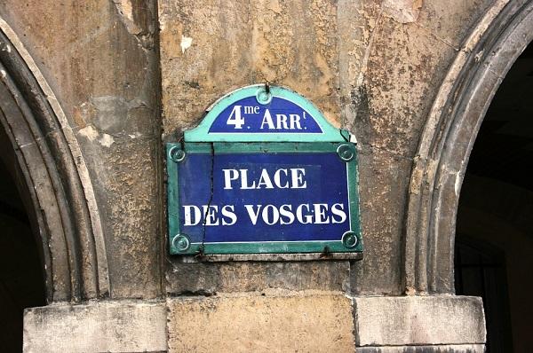 La Place des Vosges : un écrin de verdure au coeur de Paris