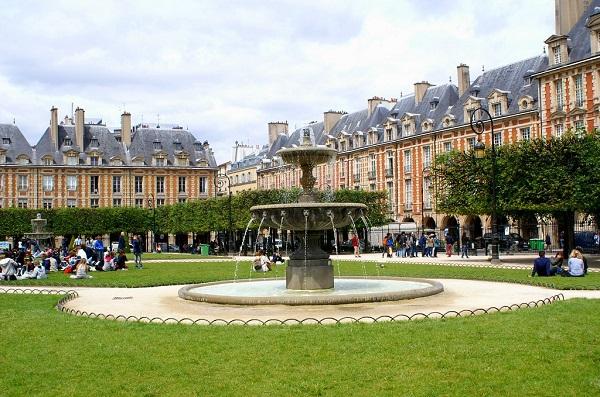 A quoi ressemble la Place des Vosges ?
