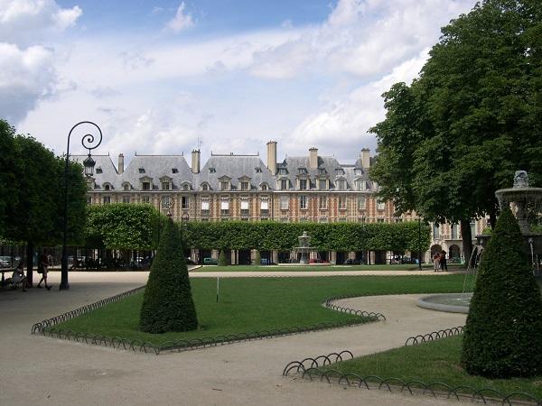 Quand la place des Vosges a-t-elle été aménagée ?